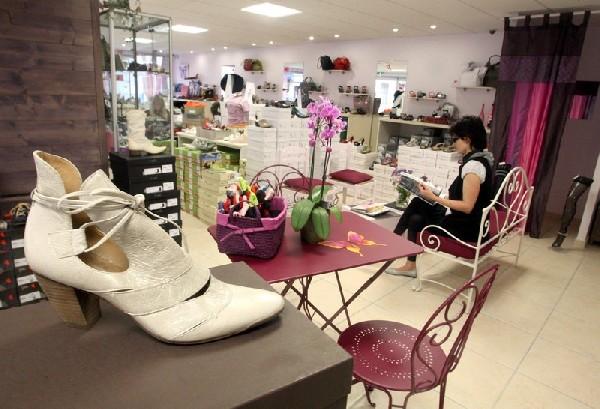 Boutique spacieuse et agréable, avec un large choix de chaussures originales, belles et confortables. Beaucoup de couleurs et de gaité. Le paradis des femmes. Belle gamme d'accessoires.