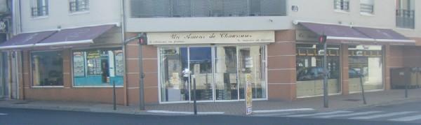 Le magasin comporte 4 vitrines .Il est situ&eacute; &agrave; l&#039; angle de la rue Ambroise Genin et de la rue de la R&eacute;publique au Num&eacute;ro 80.<br /> le parking de la poste est &agrave; proximit&eacute;.